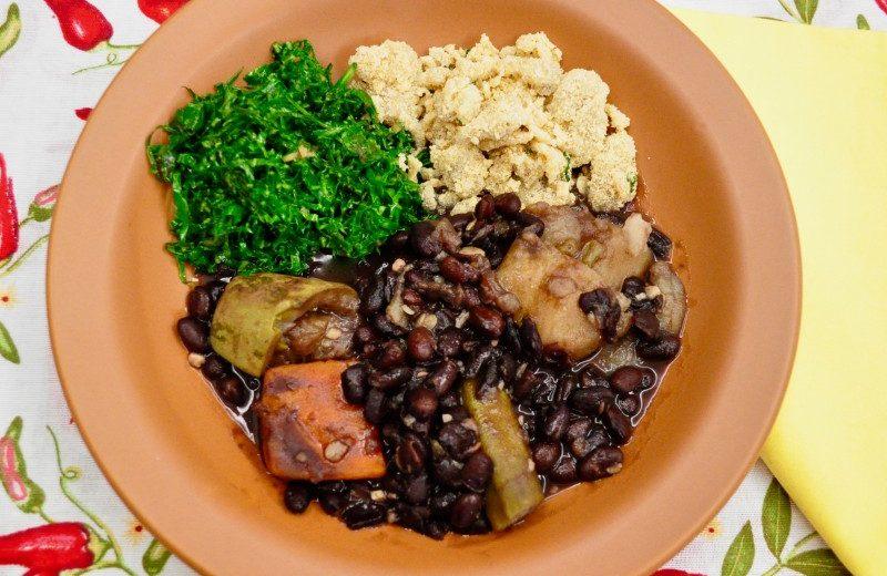 Feijoada Vegana Completa com Couve e Farofa de Banana